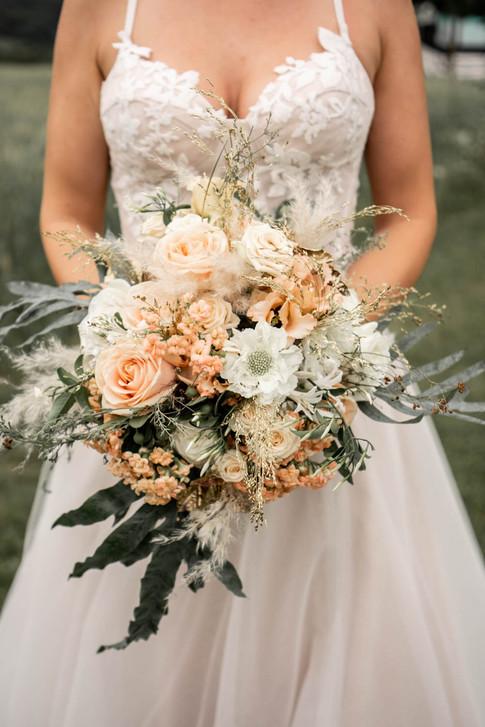 Brautstrauß von Blumen und mehr