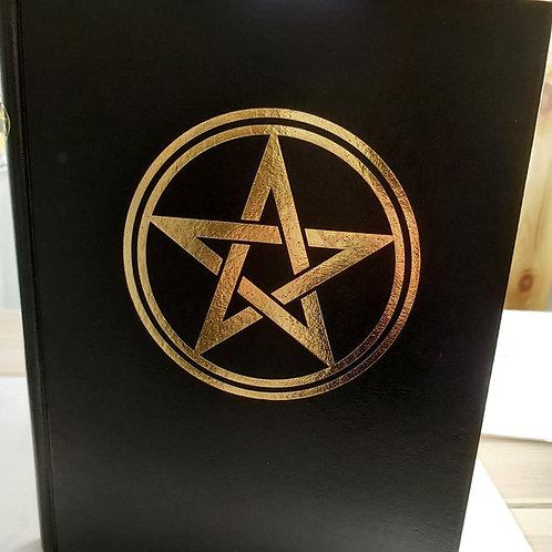"Grimoire vierge avec pentagramme ""Book of Shadows"""