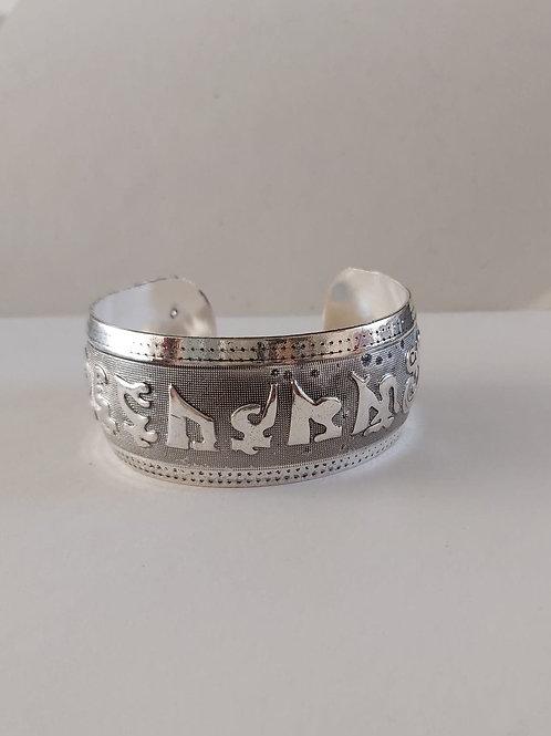 Bracelet en métal blanc avec mantra OMPH