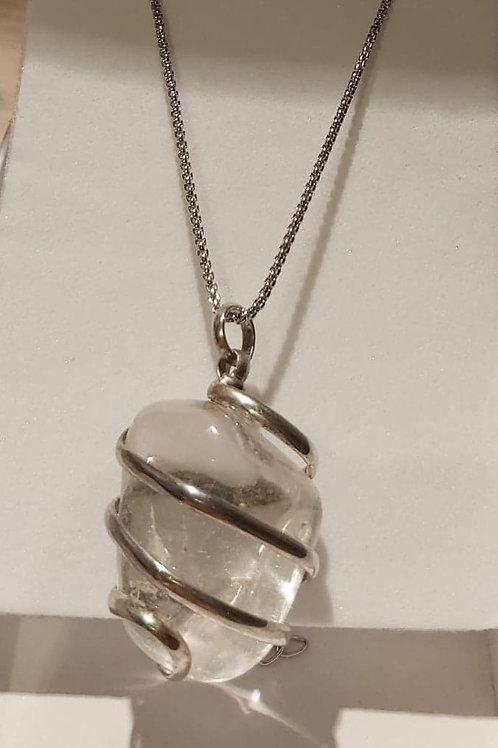 Pendentif en Cristal de roche entouré de métal