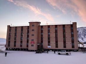 Здесь работают отличная гостиница и самый северный в мире кинотеатр.
