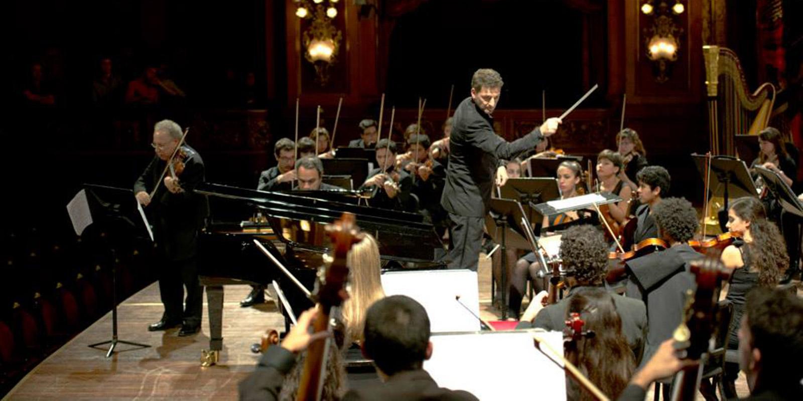 Maestro Bernardo Teruggi dirigiendo