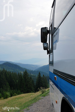 A busz is elmerül az erdélyi tájban