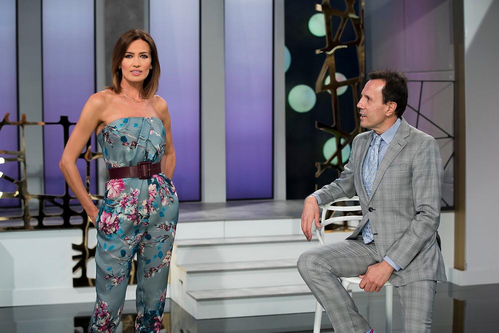 Jesús María Montes Fernández junto a Nieves Álvarez, presentadora del programa Flash Moda (La 1 de TVE)