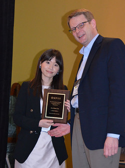 Klaus Wertenbroch presents Sae Rom Lee the award for the SCP Dissertation Proposal Competition