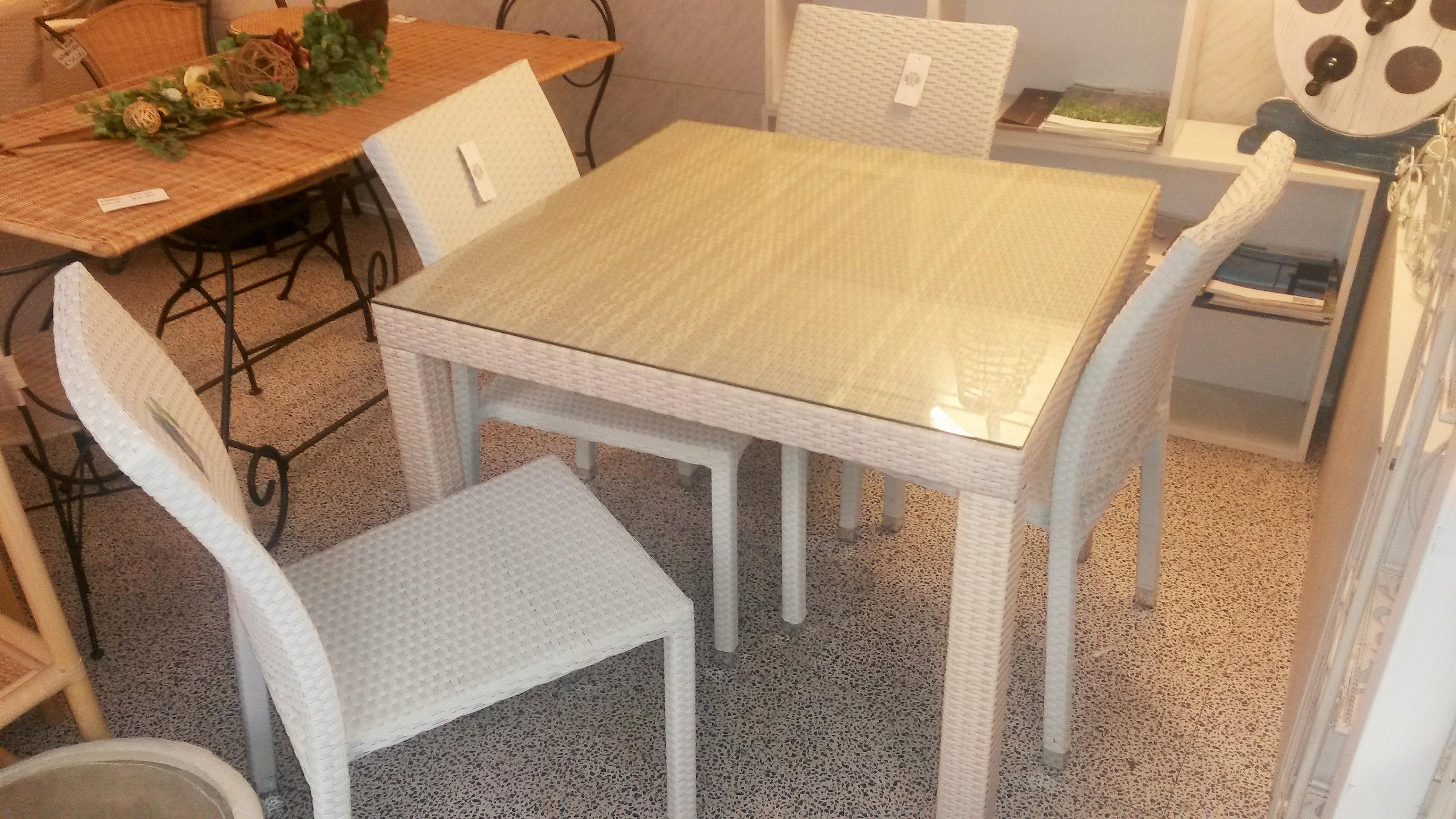 Tavolo e sedie in polirattan