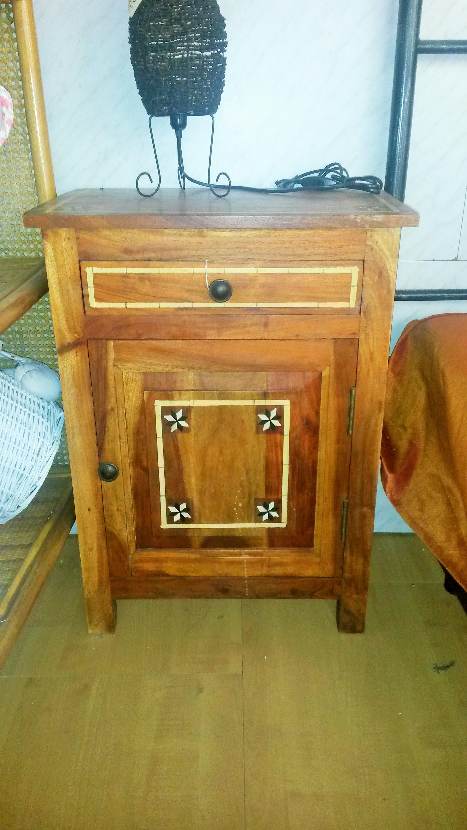 mobiletto con 1 cassetto ed 1 anta ,in legno massello con intarsi, cm 52x32x72 .