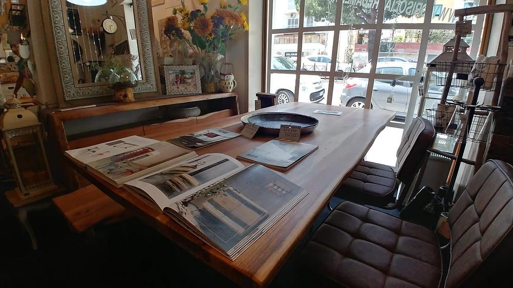 Tavolo e poltrone in stile industriale