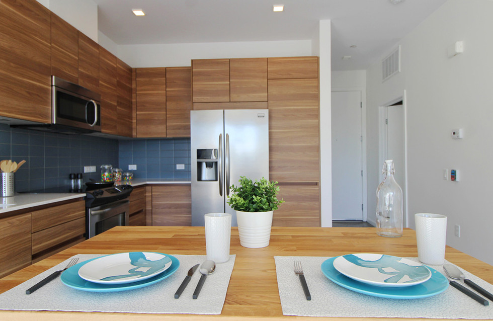 Wood grain gives the kitchen a sleek, horizontal look.