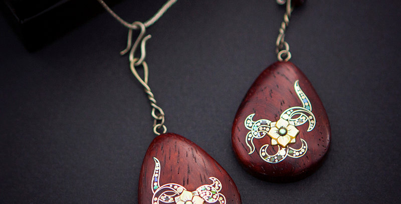 Серьги-подвески из красного дерева с инкрустацией / Padauk flower jewelry