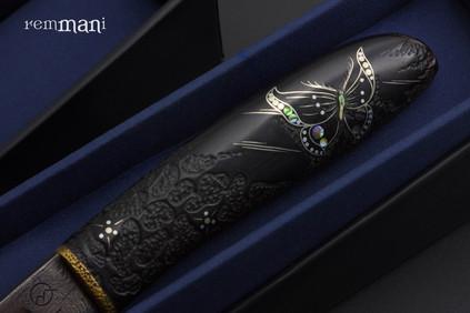 Бабочка на рукояти ножа