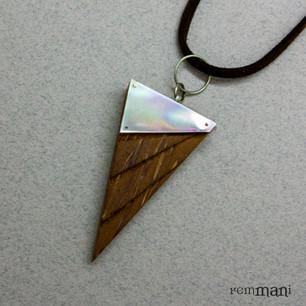Треугольный кулон из пальмового дерева