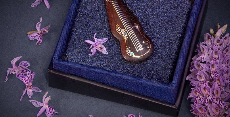 Ювелирный кулончик с всечкой, украшение с гитарой /Miniature wood pendant-guitar
