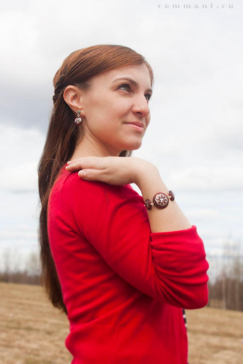 Серьги и браслет в русском стиле с инкрустацией по дереву.