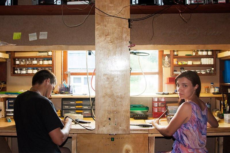 Удобный стол в мастерской для левши и правши ))