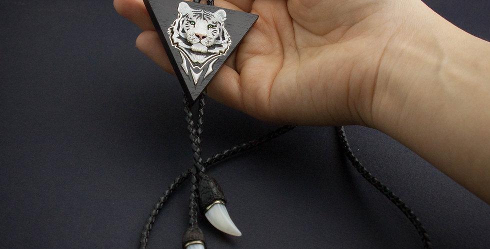 Галстук-боло с инкрустацией. Треугольное украшение с белым тигром /Bolo necklace