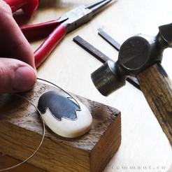 Вставка линии металла в заготовку из дерева и кости