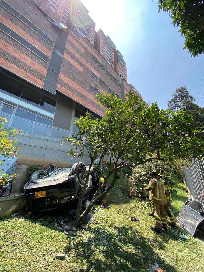 Cae vehículo desde 5to piso en el sector Castropol en Medellín