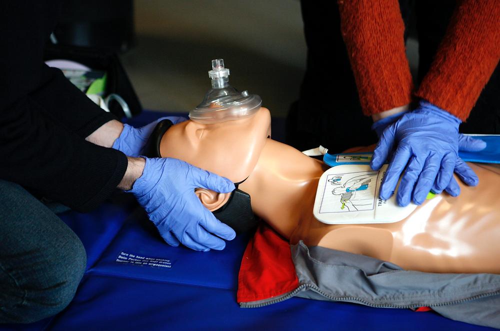 apprentissage des gestes de premiers secours sur un mannequin