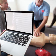 Formation aux gestes qui sauvent. Un homme fait un massage cardiaque à un mannequin lors d'une formation PSC1 allégée