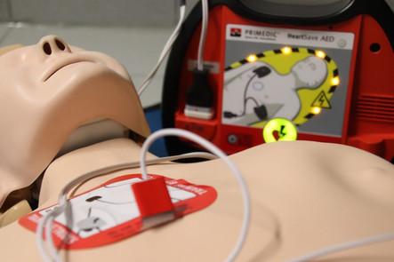 Former à l'utilisation d'un défibrillateur