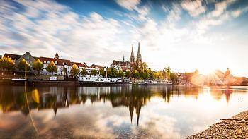 Regensburg: Donau und Skyline im Sonnenuntergang ©Getty Images (vertmedia)