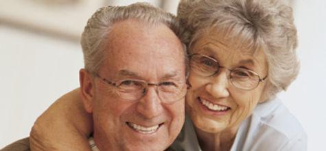 Casal de idosos feliz.