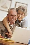 זוג מבוגרים מחובק מול לפטופ