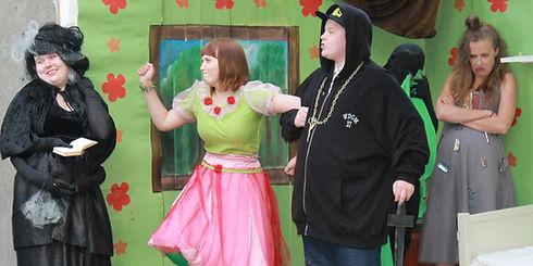 Näytelmästä kohtaus. Topakka nuori nainen ja räppäri poika