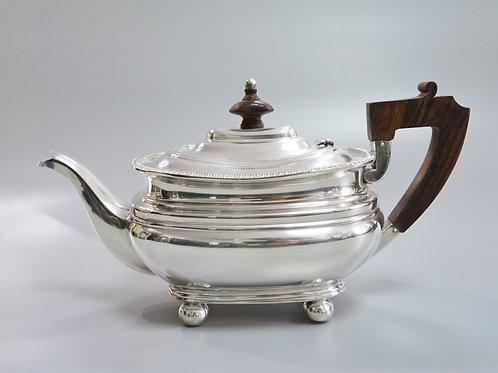 A portuguese sterling silver coffee pot/ Cafeteria em prata portuguesa