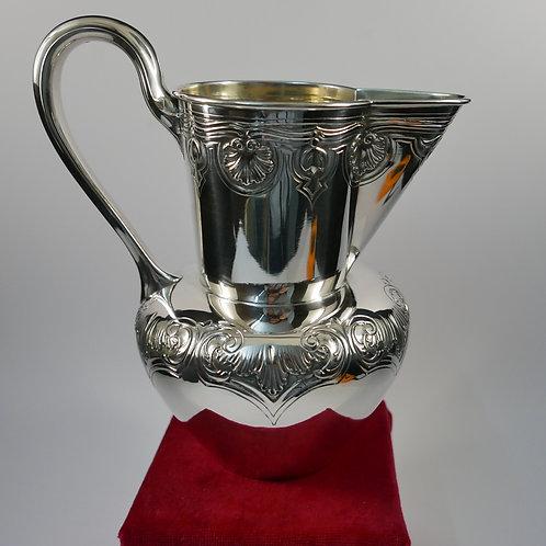 A Portuguese sterling silver jug / Jarro em prata portuguesa