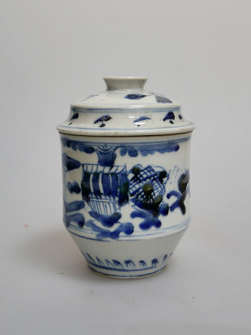 A vase of late 18th century blue and white