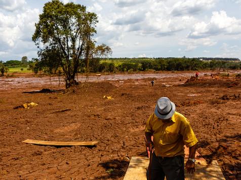 Seu Sebastião, morador de Brumadinho, acompanha o trabalho dos bombeiros durante operação de busca.  Uma mistura de curiosidade e tristeza profunda. Parque das Cachoeiras - Brumadinho - MG - Brasil.