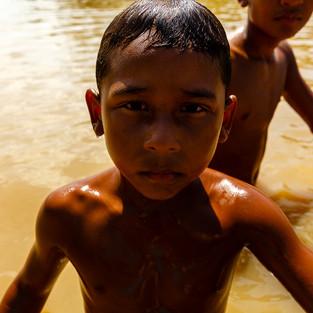 Para as comunidades ribeirinhas a importância dos rios vai além do sustento e da locomoção. A relação com a água começa muito cedo. Rian nada sozinho desde os 3 anos de idade e hoje no auge dos seus 7 anos é ele quem puxa as brincadeiras de sua turma, antes e depois da escola.  Comunidade Arraiol, Bailique - AP - Brasil.