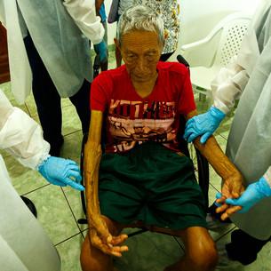 Antônio Castro, 99 anos, é atendido no centro de acolhimento para COVID- 19 montado por MSF em São Gabriel da Cachoeira.  São Gabriel da Cachoeira, AM - Brasil.