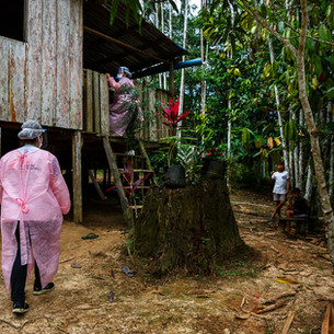 """""""No início, havia notícias isoladas de casos de COVID-19 em comunidades ribeirinhas remotas na bacia amazônica"""", explica Dounia Dekhili, coordenadora-geral dos projetos de MSF no Brasil. """"Por muitos anos, houve um investimento insuficiente em infraestrutura e recursos de saúde nessa região. As vastas distâncias e a falta de opções de transporte resultam em grandes desafios para acompanhar a disseminação epidemiológica e garantir encaminhamentos de pacientes que necessitam de cuidados médicos mais complexos a tempo. Sabíamos que precisávamos entender melhor a situação da epidemia na floresta, mas essa é uma área muito vulnerável e sensível, onde o princípio de não tornar a situação ainda pior com a entrada de pessoas de fora se aplica de uma maneira bastante singular. Havia a necessidade de garantir a capacidade de tratamento de COVID-19 perto das comunidades ribeirinhas e indígenas, mas também era necessário evitar trazer a doença diretamente para essas comunidades"""", conta Dekhili. Uma viagem de barco de dois ou três dias pelo rio Solimões leva a um de seus afluentes, o rio Tefé, que dá nome ao município de 60 mil habitantes em suas margens. Essa foi uma das cidades mais afetadas pela pandemia na região. Além de um hospital, a população da região conta com a unidade básica de saúde (UBS) fluvial que viaja periodicamente para levar cuidados médicos. Depois de navegar por nove horas até o seu primeiro destino, a embarcação faz uma viagem de volta que dura duas semanas e inclui diversas paradas para atender a população ribeirinha. No lago Mirini, fica Nova Sião, uma das últimas comunidades atendidas pelo barco antes do retorno a Tefé. Ali, a equipe de saúde viaja em pequenos barcos de casa em casa, fazendo consultas médicas e vacinação de rotina.  Tefé, AM - Brasil"""