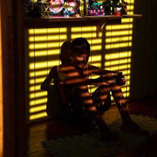 Edielson aproveita o pouco de bateria que tem para jogar enquanto a comunidade aguarda o funcionamento do gerador.  Comunidade Arraiol, Bailique - AP - Brasil.  Diego Baravelli / Greenpeace