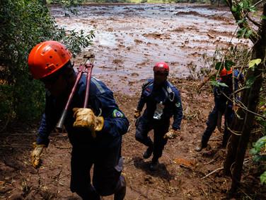 Grupo de bombeiros voluntários durante operação no Parque das Cachoeiras... zona civil atingida e pouco televisionada. Brumadinho - MG - Brasil