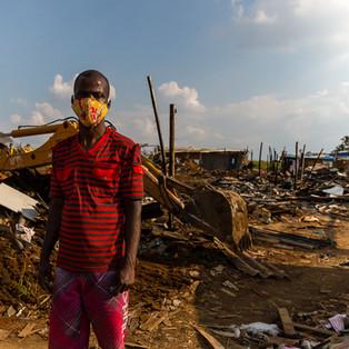 O haitiano Pierre Richard Louis de 36 anos é um dos afetados pelo incêndio que destruiu parte da Ocupação Nova Vitória no dia 30/04/2020. Graças a ação rápida dos moradores, o incêndio atingiu uma pequena parte do terreno onde se encontram mais de 1800 pessoas.  Felizmente nenhum caso mais grave foi registrado.  Mas assim como Pierre, muitas das 150 pessoas atingidas agora estão desalojadas e contam apenas com a roupa do corpo e doações.