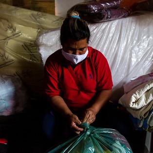 De acordo com um relatório do Programa das Nações Unidas para os Assentamentos Humanos, 33 milhões de brasileiros não têm onde morar. O estado de São Paulo é o recordista no ranking do déficit habitacional: faltam 1,3 milhão de casas. Localizada ao lado de um dos mais importantes aeroportos do mundo ( GRU ), a Ocupação Nova Vitória é um exemplo dessa gritante desigualdade no Brasil. No dia 30/04/2020 um incêndio atingiu parte do terreno onde moram cerca de 1800 pessoas, agravando ainda mais a situação de vulnerabilidade em que já se encontram. São Paulo registra hoje ( 07/05/2020 ) temperatura máxima de 16 ºC. Enquanto o mundo trava uma batalha contra a Covid19, muitos moradores da Ocupação Nova Vitória agora dependem emergencialmente de doações enquanto lutam para reconstruir suas moradias.
