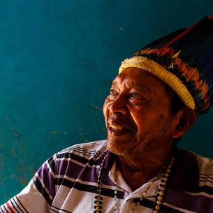 Quando a conversa com Saranan, seu Jacir, começou, o cansaço e a tristeza provocados pela COVID-19 recém-curada e pela perda recente do irmão e de sua sogra ainda tomavam conta da sua expressão. Com o tempo, as histórias sobre como seu povo, Macuxi, foi capaz de vencer as dificuldades - como as grandes epidemias de malária nos anos 90 e agora o novo coronavírus - foram mudando o seu semblante. As histórias de seus encontros com dois papas e a lembrança do aniversário que estava próximo foram a deixa para a chegada do sorriso aberto. Uma vida marcada por recomeços e razões para seguir adiante; por si e pelos seus.  Boa Vista, RR - Brasil.