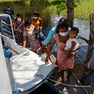 Chegada de um grupo de ribeirinhos a uma Unidade Básica de Saúde fluvial.  Tefé, AM - Brasil.