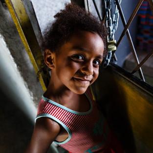 """Ashley ( 5 anos ) e Ryan Rodrigues ( 7 anos ) são alguns dos tripulantes do Projeto Primeira Infância da Nave Capão.  Aos finais de semana participam do Pólo Esportivo e Cultural, onde além de muitas atividades fazem aulas de balé e Jiu-Jitsu. Fundado em 2014 por Micheline Farias e seu companheiro Bruno Horácio, o Núcleo de Acolhimento e Valorização da Educação já impactou direta e indiretamente a vida de mais de 600 crianças nas comunidades em que a Nave atua com seus programas e projetos. """"Preservar a dignidade dos moradores do Capão Redondo, transformando o bairro em Patrimônio da Humanidade reconhecido pela UNESCO"""" é a grande missão. Através do Núcleo de Acolhimento no contraturno escolar e do Pólo Esportivo aos finais de semana, a meta é ampliar o atendimento para mais 250 crianças diretamente já em 2020."""