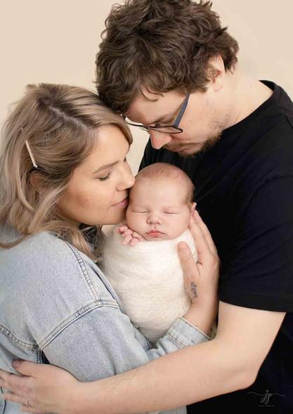 Perhe ja vastasyntyneen kuvaus studiolla