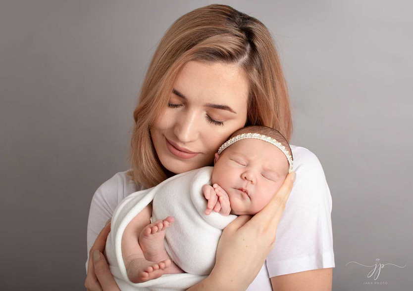 Perhe studiokuvaus vastasyntyneen kanssa