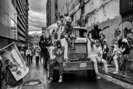 Manifestantes sobre camión en una de las calles de Chacao. Caracas 2017