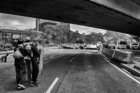 Manifestantes en la autopista Francisco Fajardo enfrentan a la Guardia Nacional Bolivariana. Caracas 2017
