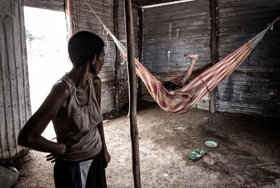 Zuly Soto (34) y Maritza Soto (50) dentro de la casa de Zuly. Zuly sufre ataques de furia, síntomas de la enfermedad. Barranquitas, Zulia. Venezuela. 2015.