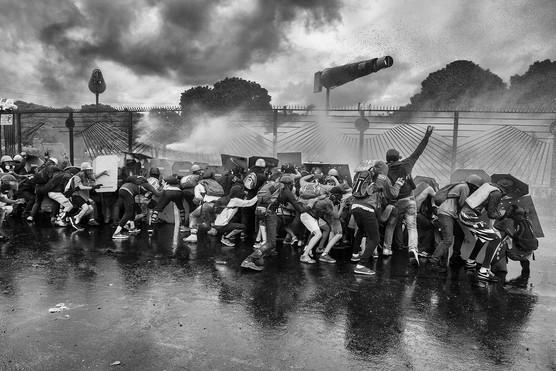 Barricada de manifestantes resisten ráfagas de ballena de la Guardia Nacional Bolivariana frente al aeropuerto la Carlota. Caracas 2017