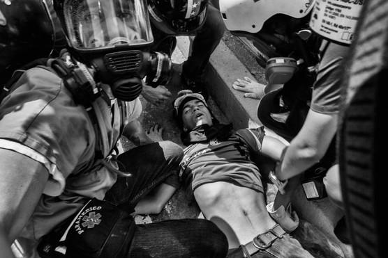 Manifestante herido durante manifestación en la autopista Francisco Fajardo es atendido por paramédicos. Caracas 2017